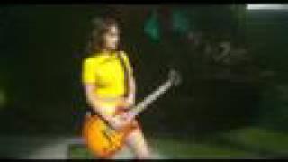 Alizée -En concert 2004-Moi Lolita (Ali tocando la guitarra)
