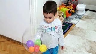 Berat Uçan Balonu Patlattı. Eğlenceli Çocuk Videosu