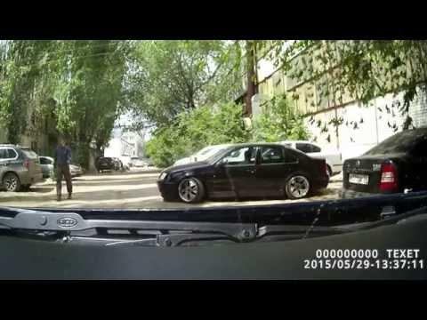 Низкая машина на типичных дорогах г. Волжского