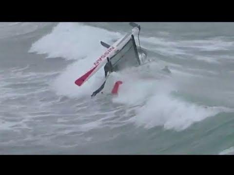 Insolite : Hobie Cat en surf dans les vagues de la Torche en Bretagne
