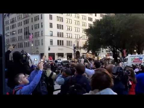 First iPhone 6 Buyer, New York 5th Avenue Apple Store - Slow-Motion! (1. iPhone 6 Käufer)