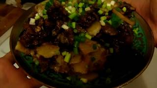 Жареная картошка с нутрией в казане на плите