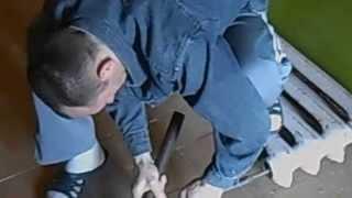 Как вытащить обломавшуюся пробку из чугунной батареи(Видео о том как выбить чугунную пробку из чугунной батареи, которая обломалась при паковке. САНТЕХМОНТАЖ32.РФ., 2014-03-26T09:57:19.000Z)