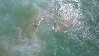 بالفيديو- كاميرا تطير في الجو لتنقذ شخصين من الغرق