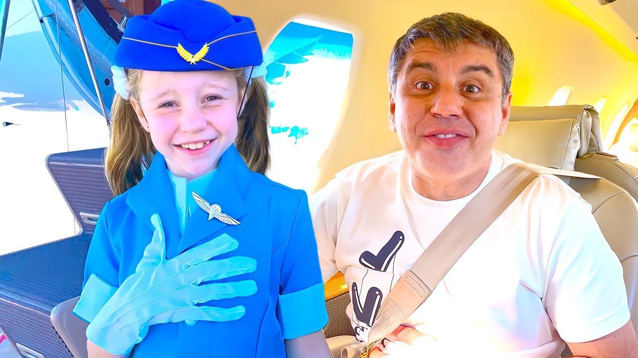 Download Nastya finge ser asistente de vuelo en el avión.