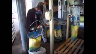 Процесс фасовки подсолнечника Рими в фирменные мешки