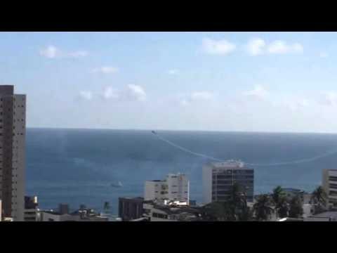 Avião de esquadrilha cai no mar no Farol da Barra