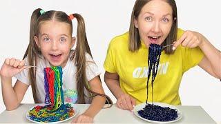 Маша и Мама хотят разноцветную лапшу