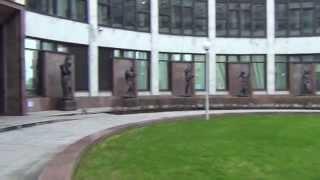 Скульптура ''Медицина'' у входа в Российскую Национальную Библиотеку. Санкт-Петербург