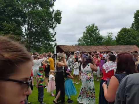 Мидсоммар в Швеции. Танцы вокруг традиционного столба
