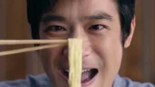 俳優の堺雅人さんがと、多彩な表情でラーメンを食べている姿を見せてく...