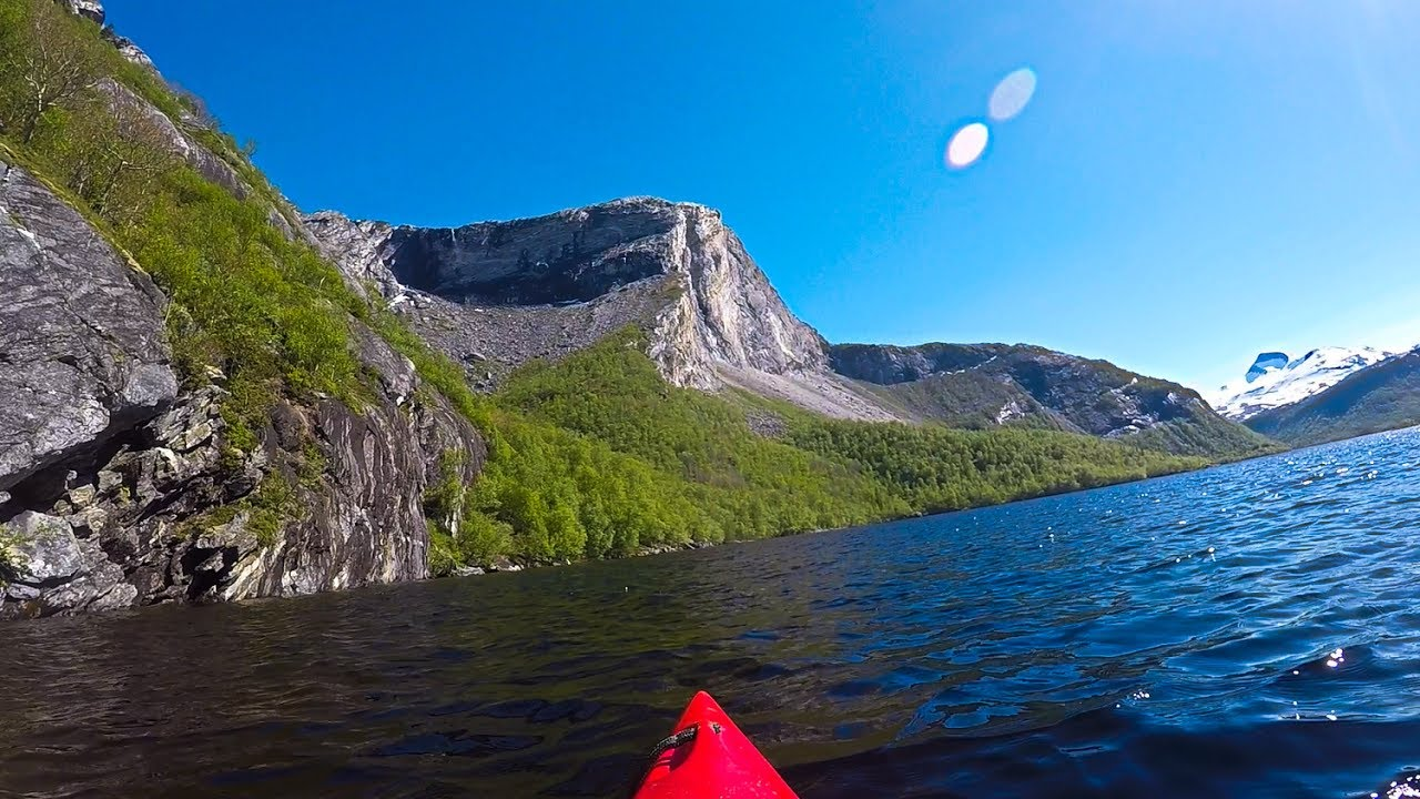 Kayaking around Børvatnet lake