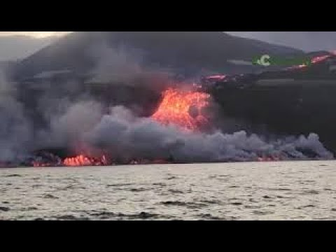 A lava do volcán de La Palma chega ao mar