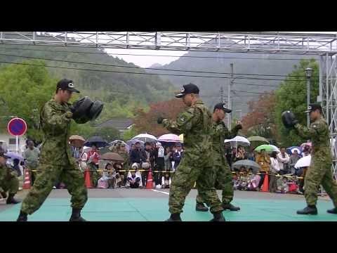2013 姫路駐屯地 創立62周年記念行事 レンジャー徒手格闘訓練展示 2′30″頃から吉本新喜劇 8′頃から「お・も・て・な・し」