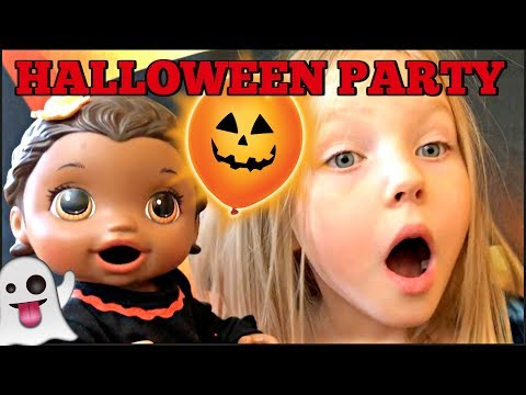 BABY ALIVE has a HALLOWEEN PARTY ft. THE BABYSITTER! The Lilly and Mommy Show! The TOYTASTIC Sisters