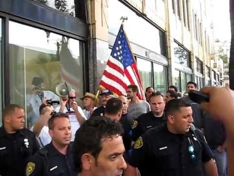 Filmed by @nwarikoo - Quran-burning Pastor Terry Jones surrounded in Dearborn by protesters (Part 1)