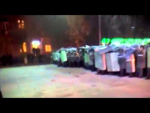 Армения, город Гюмри 16 01 2015 протесты, в полицию полетели камни.
