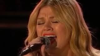 Kelly Clarkson GRAMMYS 2013 | Acceptance Speech & Performance | Tennessee Waltz/Natural Woman