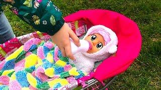 Маша играет с куклой как мама с ребенком.