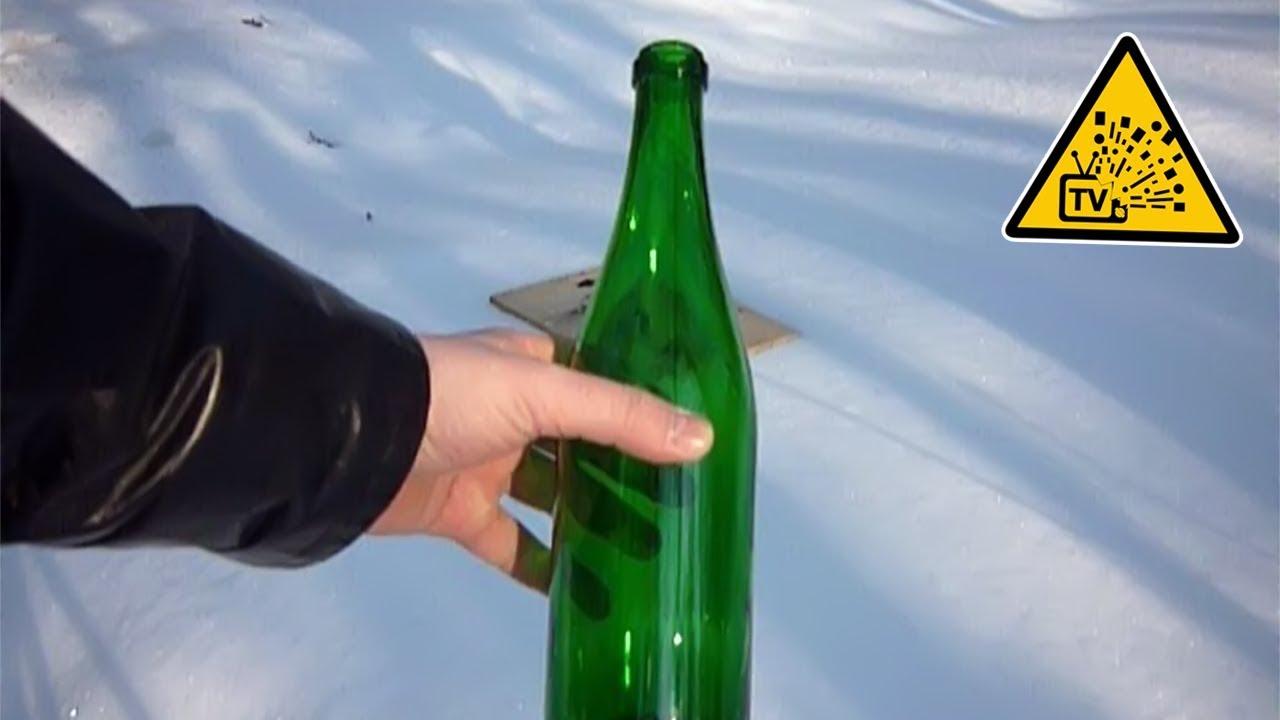 Засовывает бутылку из под шампанского