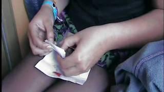 Marinas erster Versuch eine Zigarette selbst zu drehen