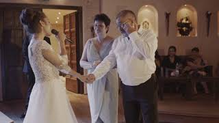 невеста поёт родетелям на свадьбе