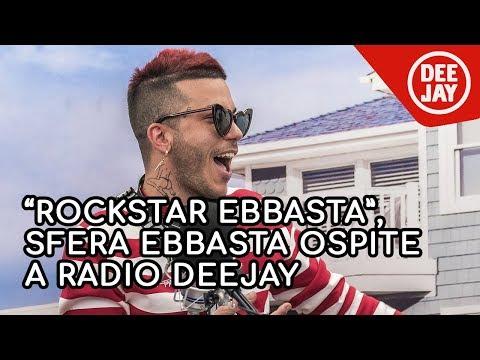 Sfera Ebbasta a Radio Deejay: il mio look, dalla pelliccia rosa agli occhiali a forma di cuore
