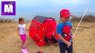Пикник с палаткой Молния Маквин и костром на берегу моря