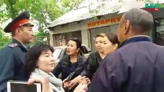 Журналистка ударила телефоном по лицу вдовы героя Апрельской революции