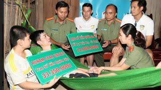 Diễn viên Huy Khánh, Thanh Thức, Đình Hiếu cùng Đoàn Công an Bến Tre trao tiền giúp đỡ cho thầy Phụ.