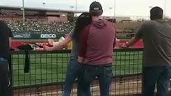 Dreistes Pärchen fummelt beim Baseballspiel und wird gefilmt!