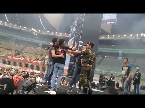 Respon Ariel saat Fansnya nekat naik panggung minta photo||full konser noah Taiwan