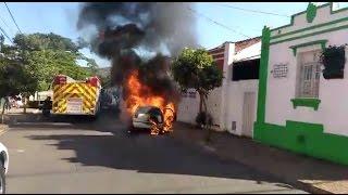 Carro pega fogo na XV de Novembro