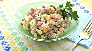 Салат оливье с колбасой-ветчиной, горошком и сметаной