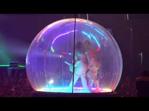 Till Lindemann de Rammstein canta dentro de una burbuja