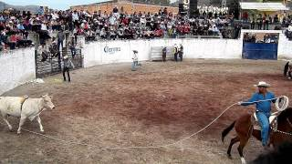 El Compa Cholo Montando Jaripeo Huascato 2012