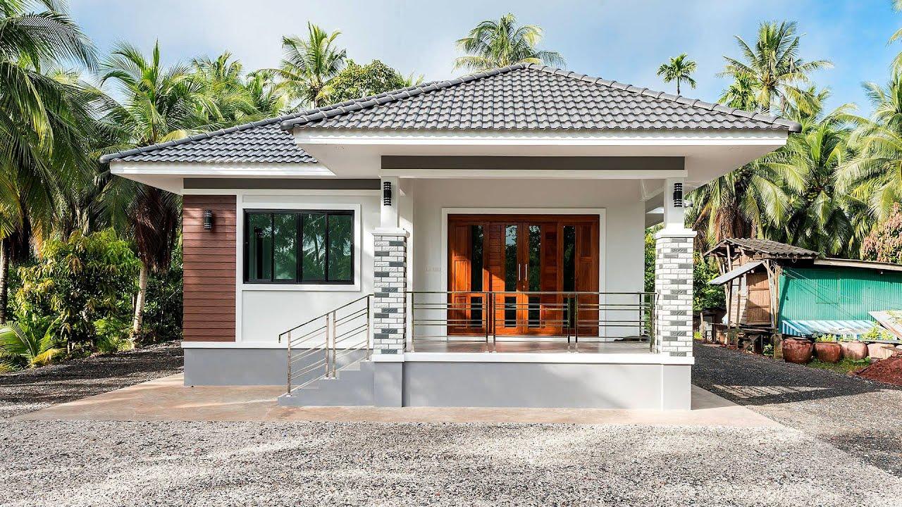 บ้านหลังคาปั้นหยายกพื้นขนาดกะทัดรัด ตัวบ้านภายนอกใช้โทนสีสว่างรับกับหลังคาสีเทา 3 ห้องนอน 1 ห้องน้ำ