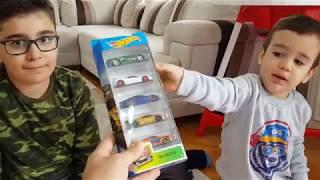 Oyuncak Hot Wheels Araba İle Berat ve Buğra Oynuyor