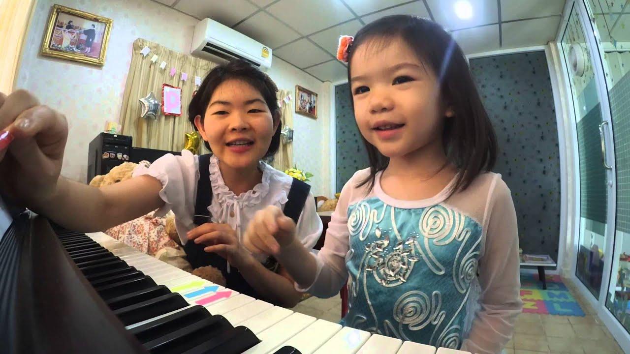 หีเด็ก29ขวบ  น้องธารา (3 ขวบ) ไล่นิ้วกดโน้ต Do Re Mi_บรรยากาศการเรียนเปียโนเด็กเล็ก - YouTube