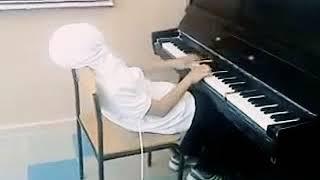 Играет на пианино Титаник