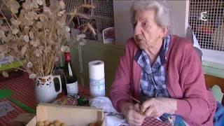 Download lagu La REINE FERNANDE  93 ans en pleine forme