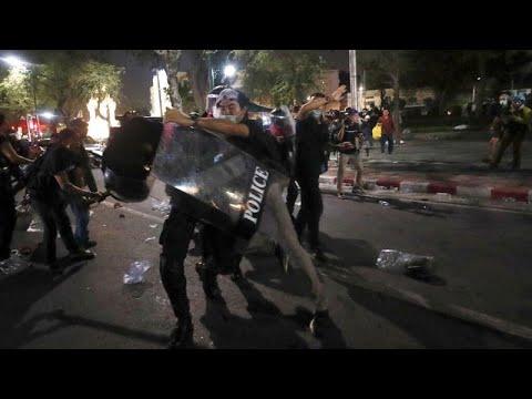 شاهد:  صدامات بين متظاهرين تايلانديين والشرطة عند القصر الكبير في بانكوك…