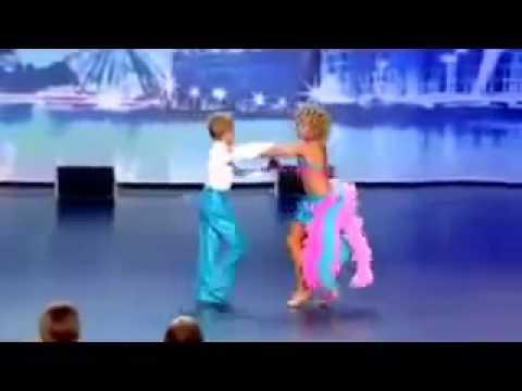 Niños de 5 años Bailando Waka Waka de Shakira