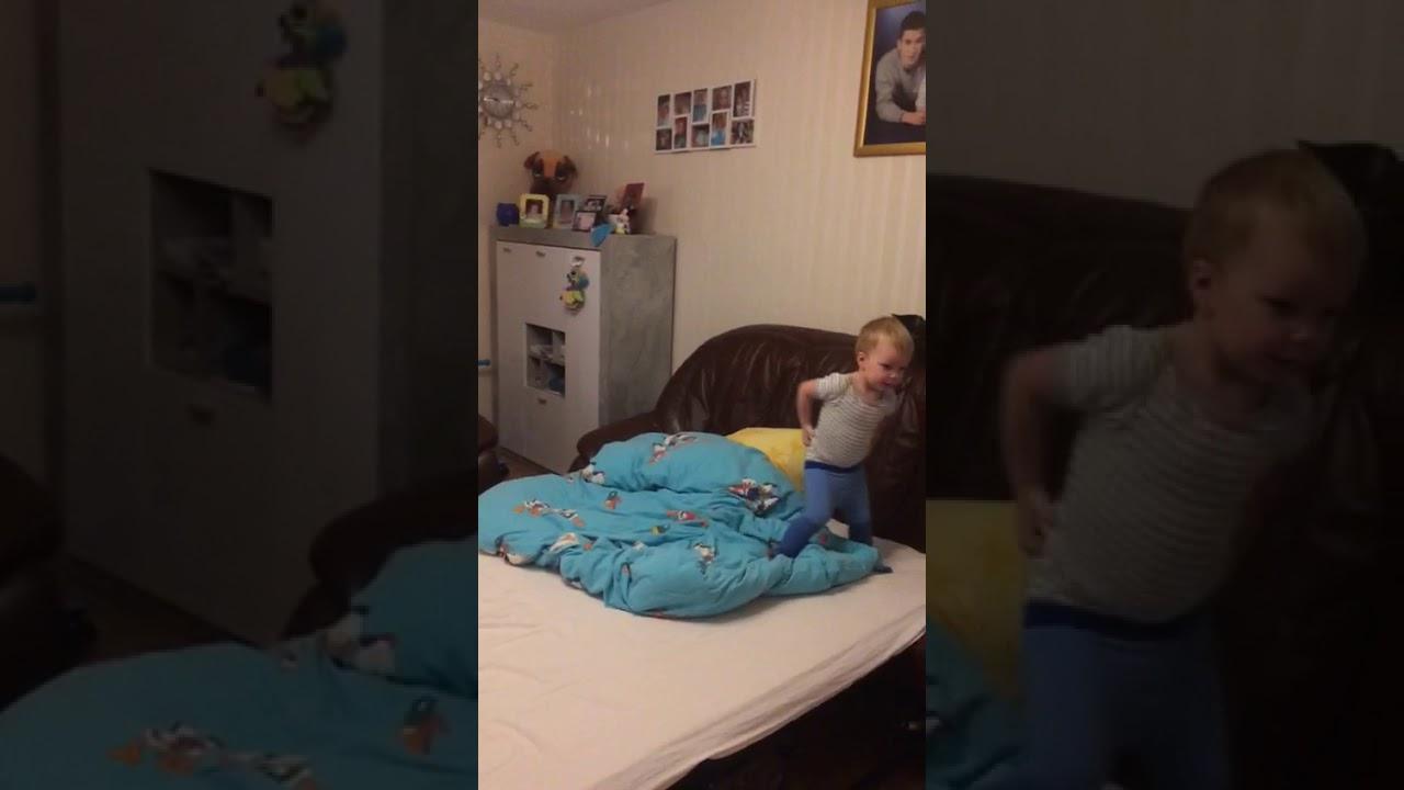 Спустя минут 10 она уже ползала, садилась и смеялась… всё, обычный ребёнок, ведёт себя как ни в чём не бывало, только синяк на лбу.