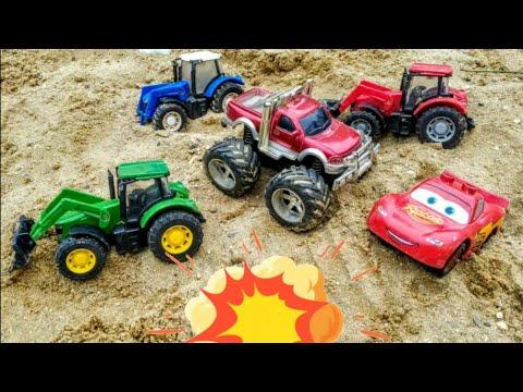 Весело играем с машинками в большой песочнице. Детское видео про мальчика и машинки.