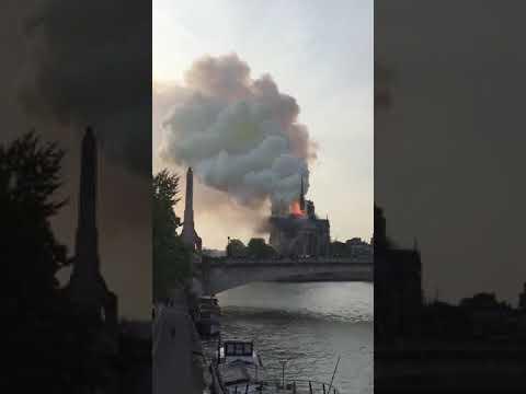La Cathédrale Notre-Dame De Paris En Flamme