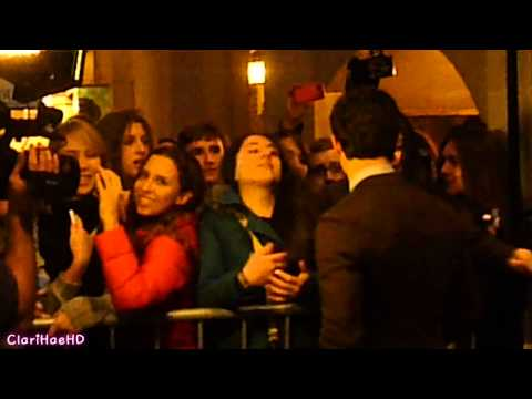 [240112]  How To Succeed In Bussiness Without Really Trying - Nick Jonas taking pictures with fans.