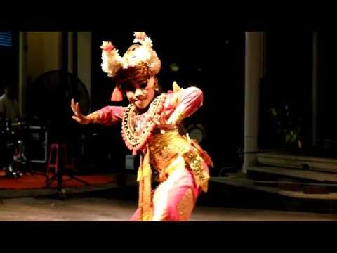 Impressive Traditional Balinese Dance by young girl with wide opened eyes - HD