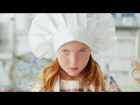 Аурика в рекламе НААS - Милая девочка печет торт
