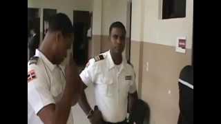 Agente Penitenciario agrede a camarografo en Palacio de Justicia de Mao